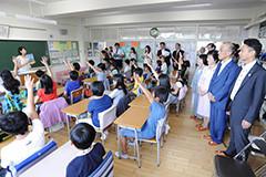 小学校で地球温暖化をテーマにした授業を視察する党PTのメンバーら=昨年9月 東京・江東区