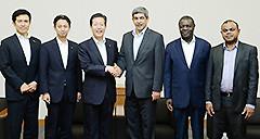 国連常駐代表一行を歓迎する山口代表ら=7日 衆院第1議員会館