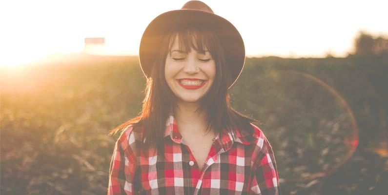 chica con actitud positiva sonriendo