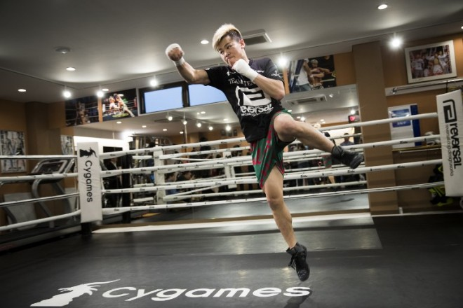 """Japanese kickboxer Tenshin Nasukawa works out during a training session, in front of the media, at his boxing gym in Matsuda, Chiba prefecture on December 18, 2018. - Japanese kickboxer Tenshin """"Ninja Boy"""" Nasukawa said he wants to use the element of surprise to defeat boxing superstar Floyd Mayweather Jr in their bout later this month. (Photo by Behrouz MEHRI / AFP)"""