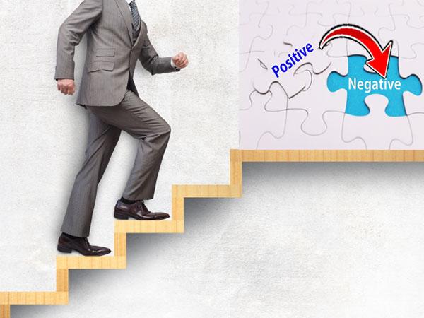 ネガティブをポジティブに変換する階段を登る男性