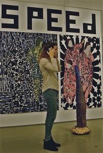 NEST_Artikel-Susanne-Koekenberg-luistert-naar-informatie-over-de-expositie