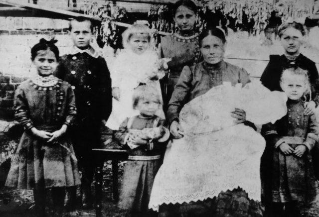 1919: Meine Uroma hinten in der Mitte, in Kochłowice