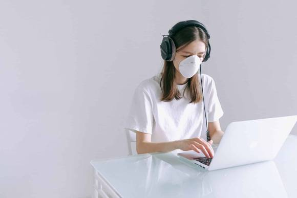 Inhouse-Projekte erfordern neue Arbeitsformen für Marketing, PR und Agentur © by anna shvets @ pexels: Frau mit Gesichtsmaske am Laptop