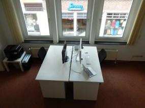 Büroraum mit vier Schreibtischen