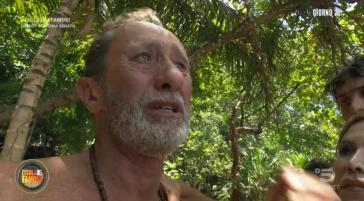 """Beppe Braida lascia l'Isola dei famosi: """"Gravi motivi familiari"""", tutti in lacrime, commenti a caldo (VIDEO)"""