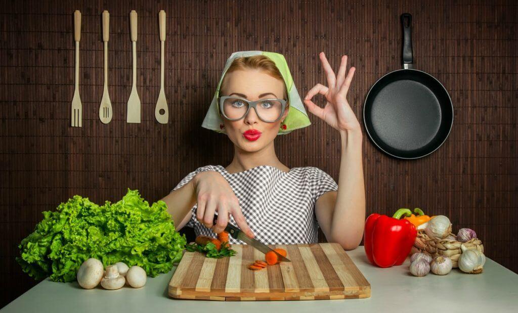 Vrouw die lekker kookt