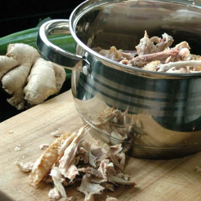 Zelf kippensoep maken met gember en lente-ui
