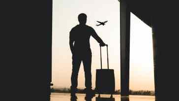 havaalanında kalkan uçağa bakan adam