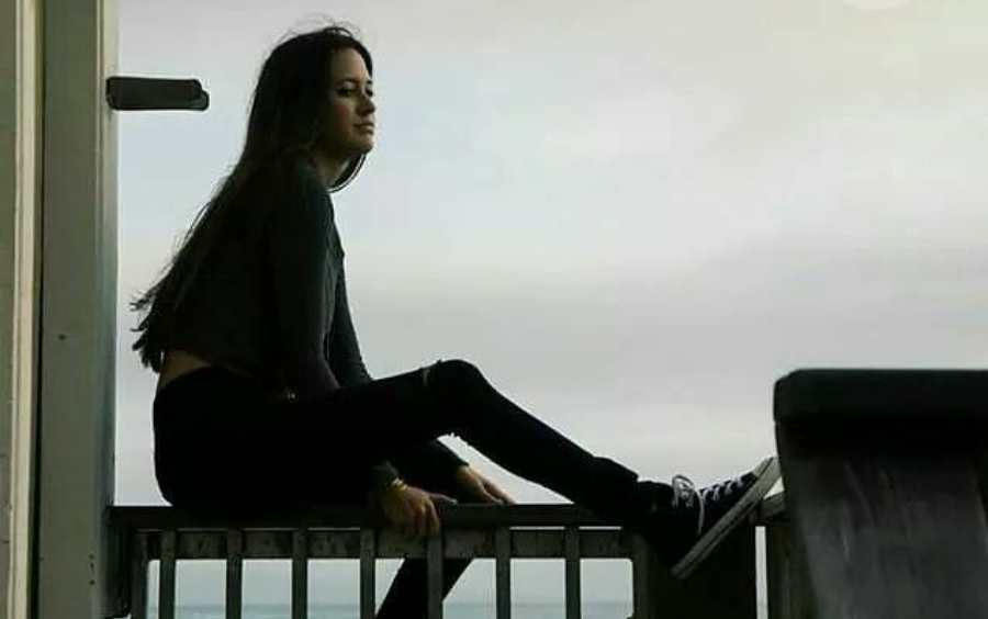 balkonda oturan kadın