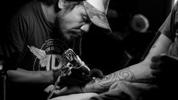 dövmeci dövme yapıyor