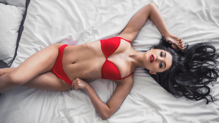 yatakta uzanmış kadın