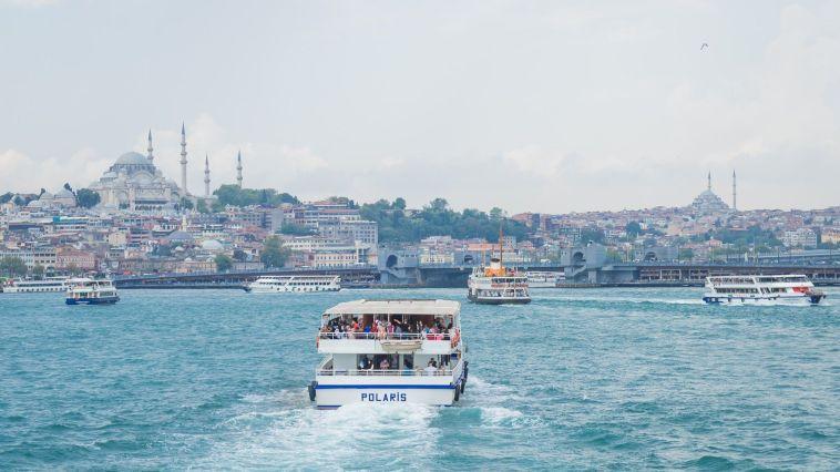 istanbul boğazında giden gemi