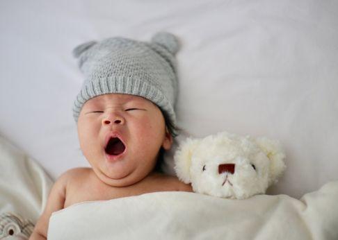 esneyen asyalı bebek ve ayıcık