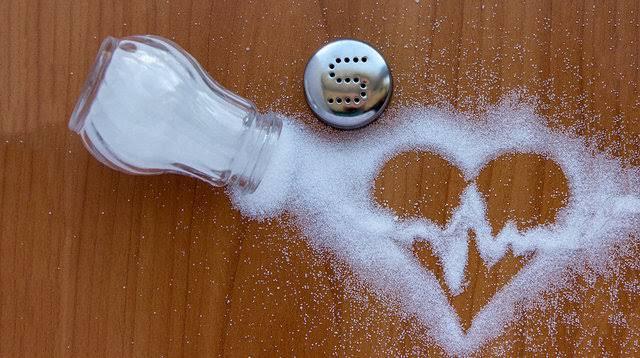 sofraya dökülmüş tuz