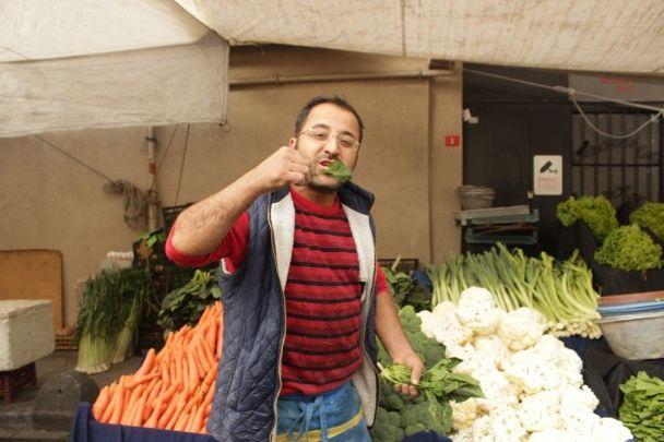 ıspanak yiyerek tepki gösteren pazarcı