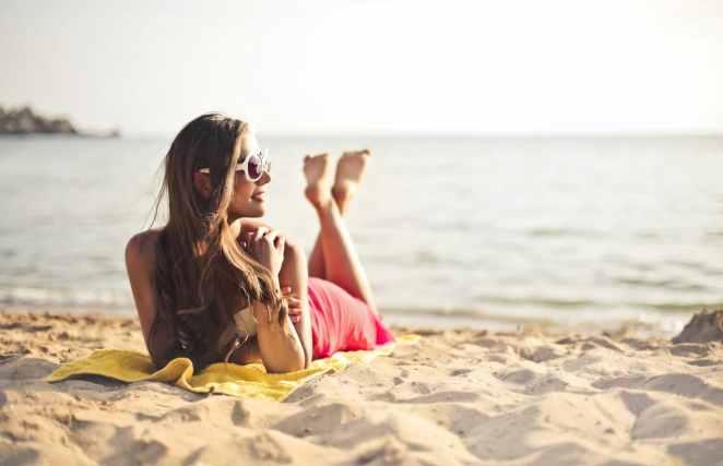 Sahilde Güneşlenen Kadın
