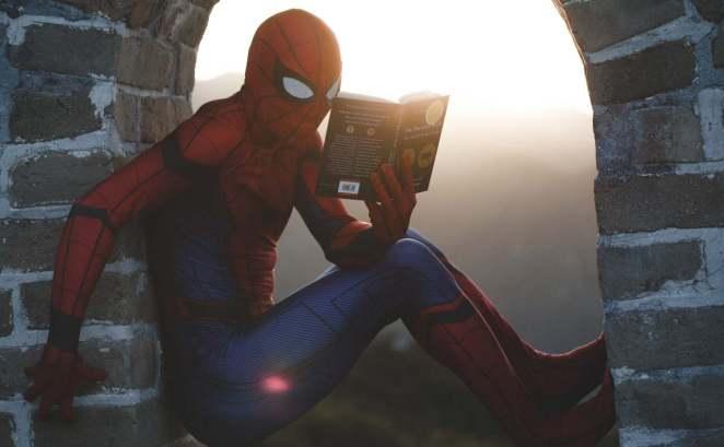 spiderman kitap okuyor