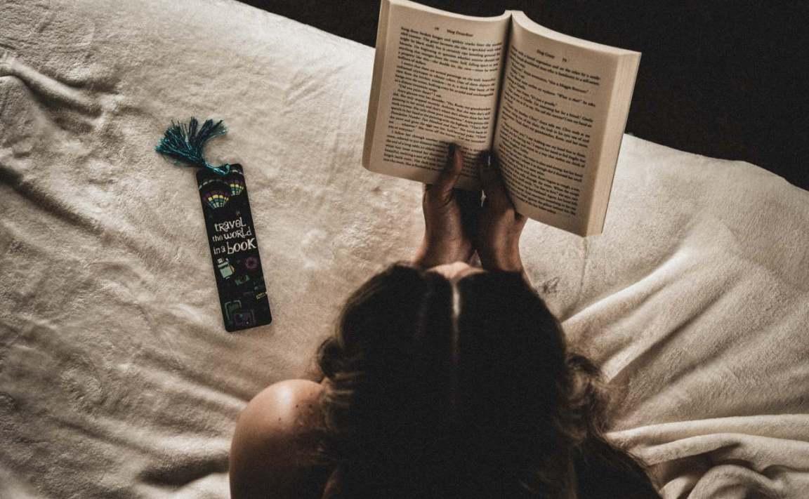 yatakta kitap okuyan kadın