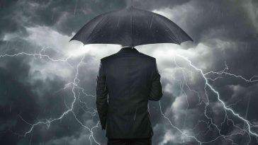 şimşek ve gök gürültüsü altında şemsiyeli adam