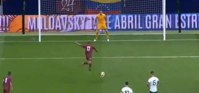 لاعب فنزويلا يسجل ضربة جزاء في الأرجنتين بطريقة غريبة !