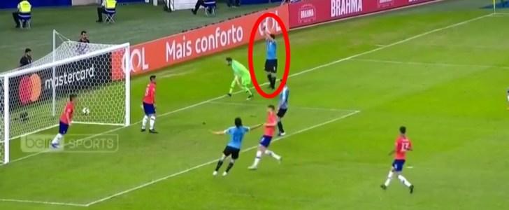 لويس سواريز يطالب بضربة جزاء بعد تصدي حارس مرمى منتخب تشيلي للكرة بيده !!