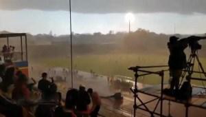 عاصفة رعدية مفاجأة تتسبب في ايقاف مباراة بتصفيات امم افريقيا رغم ان الشمس طالعة