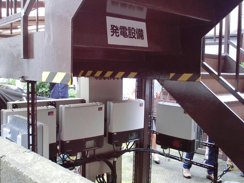 1階の外側非常階段の下にパワーコントローラーが5台設置されていた