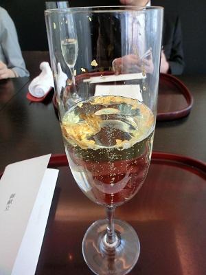 金粉入りシャンパンです