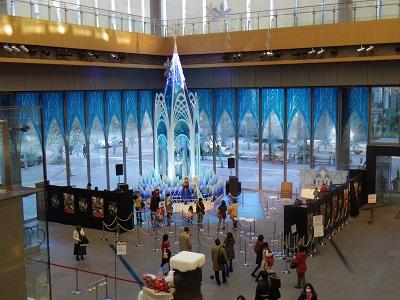 「アナと雪の女王」に登場する「氷の城」が丸ビルにお目見え