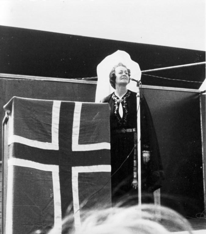 Auður Jónsdóttir, leikkona, í hlutverki Fjallkonunnar á 17. júní, líklega árið 1971. Mynd úr safni Auðar Jónsdóttur.