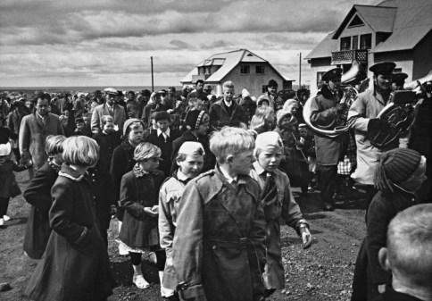 1959: Skrúðganga frá félagsheimilinu niður í Hlíðargarð á 17. júní 1959. Húsin í bakgrunni standa á horni Digranesvegar og Neðstutraðar.