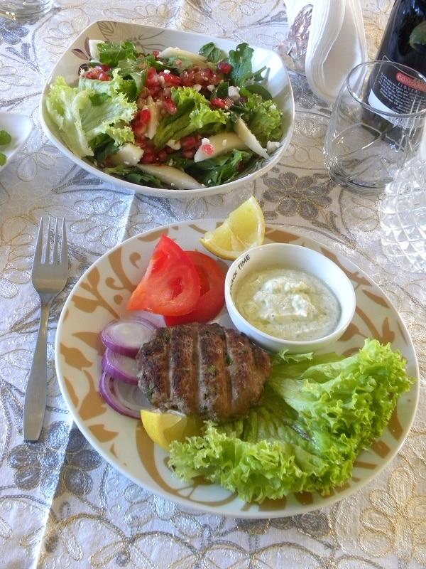 μοσχαρίσια μπιφτέκια με σαλάτα εικόνα