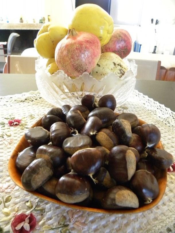 κάστανα και άλλα φθινοπωρικά φρούτα εικόνα