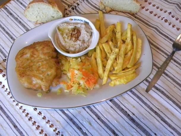 Μπακαλιάρος τηγανητός με σκορδαλιά και σαλάτα εικόνα