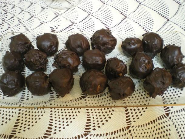 Σοκολατένιες τρούφες σε πιατέλα φωτογραφία