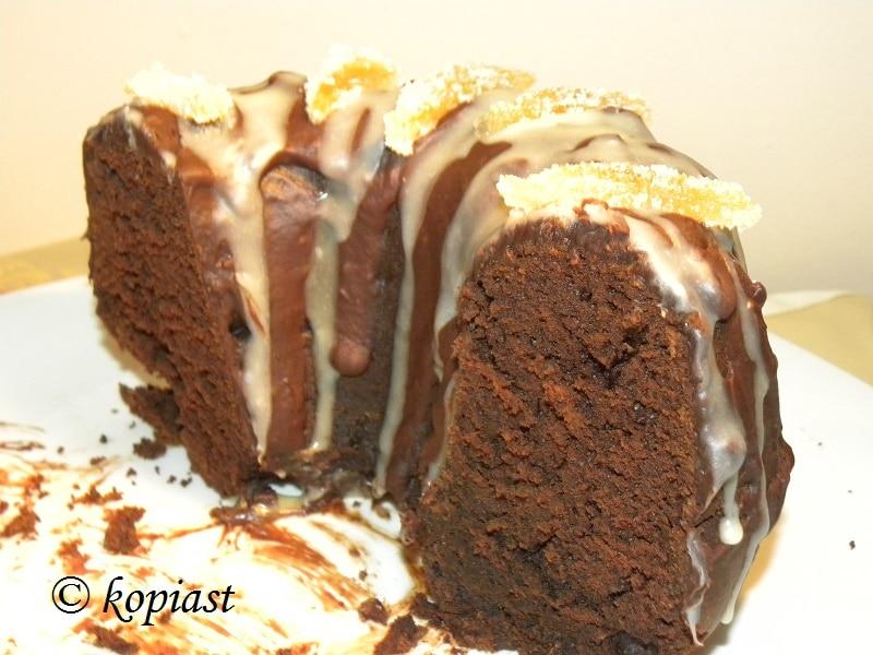Κέικ με χαρουπόμελο και τζίντζερ και φλούδες λεμονιού