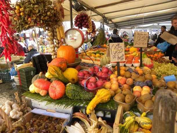 φθινοπωρινά φρούτα στην αγορά της Ιταλίας