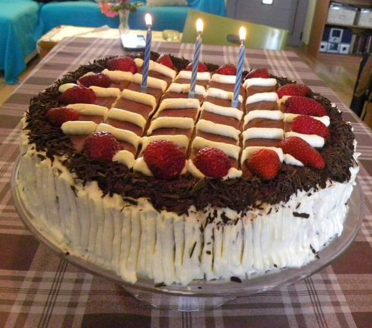 Τούρτα Γενεθλίων με Κρέμα Τυριών Φράουλας και Γλάσο Σοκολάτας