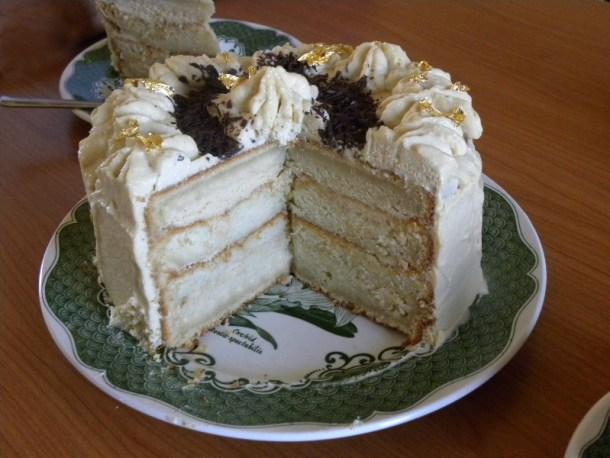 Κέικ Μόκας Λευκής σοκολάτας με φύλλα χρυσού εικόνα