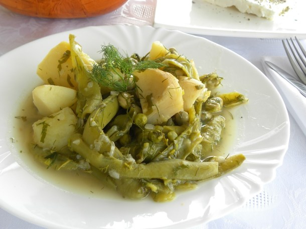 Κουκιά φρέσκα με αγκινάρες, πατάτες και αρακά εικόνα