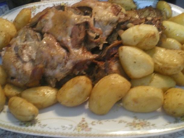 Αγριογούρουνο με γλυκόξινες πατάτες εικόνα
