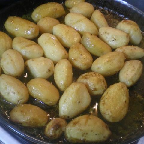 Patates Lemonates sto fourno (Greek lemony roasted potatoes)
