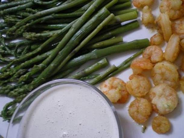 Shrimps, asparagus and tahini sauce
