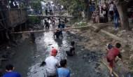 Permalink ke Warga Indramayu Berburu Uang di Sungai