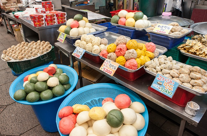 Pictured are delicacies offered in the Sinpo International Market. (From above) Sweet and sour chicken, dumplings, steamed buns with a red bean paste filing. (photos courtesy of the Korea Tourism Organization)