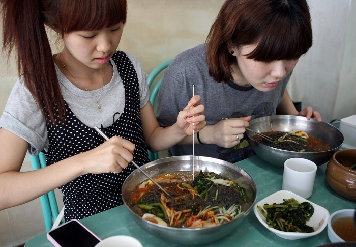 Cold noodle restaurants in Hwapyeong-dong provide abundant amounts of food at affordable prices. (photo: Yonhap News)