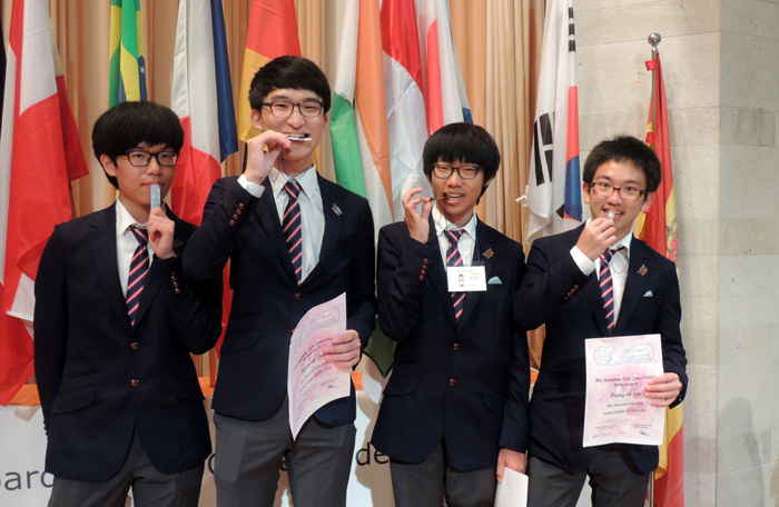 Four students -- (from left) Kim Tae-yoon, Choi Yoon-sung, Kim Jae-yeon and Sohn Young-oh -- win one gold and three silvers, coming in fourth at the International Earth Science Olympiad, held in Santander, Spain, from September 22 to 30.