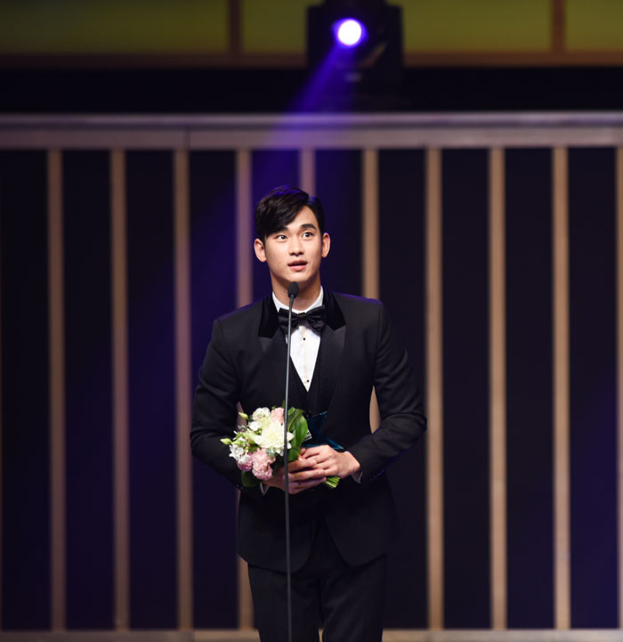 Kim Soo-hyun speaks after receiving the grand prize at the Korea Drama Awards 2014.