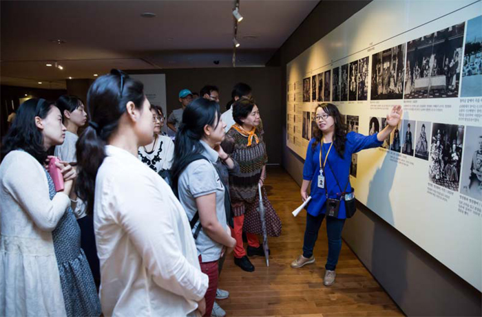Curator-guided tours and traditional music performances take place during the National Palace Museum of Korea's evening openings.